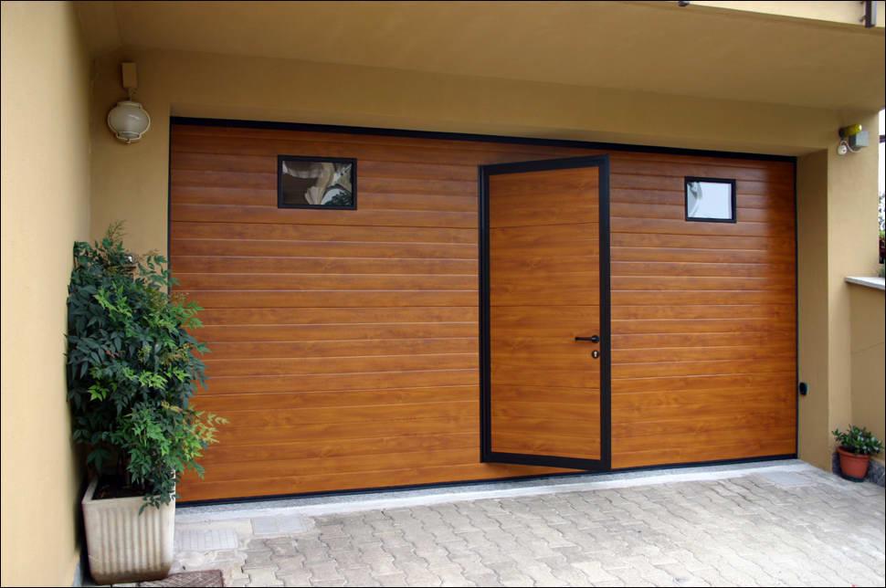 DITEC szekcionált garázskapu beépített átjáró ajtóval